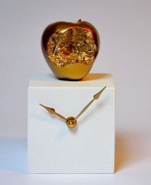 Orologio da tavolo a forma di cubo con mela in resina decorata a mano. Antartidee