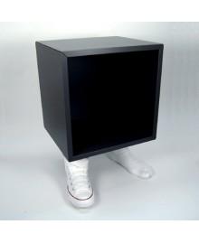 Tavolino Cubo arredo con base a forma di piedi con scarpe da ginnastica in resina lavorata a mano. By Antartidee
