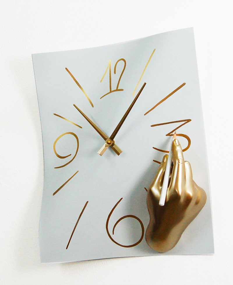 FREEHAND CLOCK, Wall clock with hand that draws the hours in resin and metal, gold and white, Antartidee
